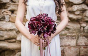 כלה מחזיקה פרחים